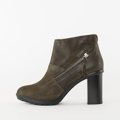 High-heeled ankle boots in olive green waxed suede with a block heel and a decorative zipper on the exterior side