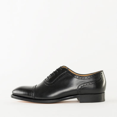 Oxford shoes in black polished leather with cap-toe broguing
