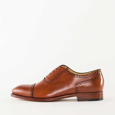 Oxford shoes in tan polished leather with cap-toe broguing