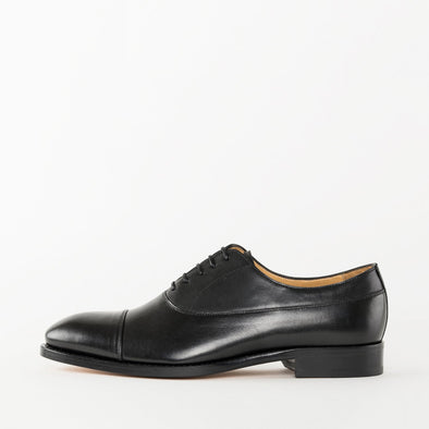 Oxford shoes in black polished leather with cap-toe stitching