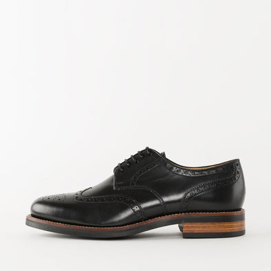 Derby shoes in black leather with wingtip broguing and chunky build