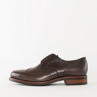 Derby shoes in brown leather with wingtip broguing and chunky build