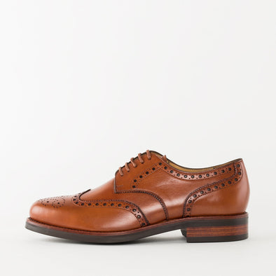 Derby shoes in tan leather with wingtip broguing and chunky build