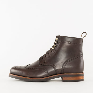 Lace-up boots in brown leather with wingtip broguing and chunky build