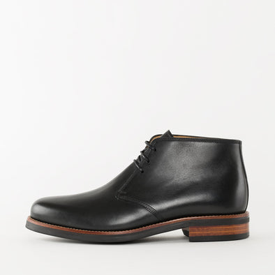 Chukka boots in black leather with a chunky build