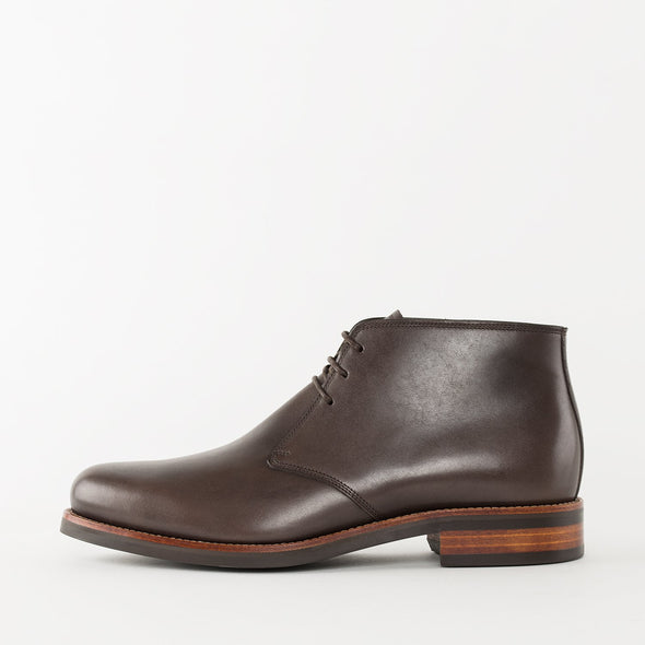 Chukka boots in brown leather with a chunky build