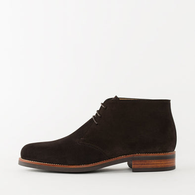 Chukka boots in brown suede with a chunky build