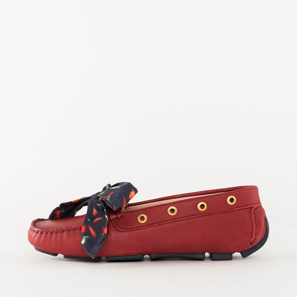 Moccasin loafers in a classic style, red full grain leather, ergonomic rubber sole and bow detail