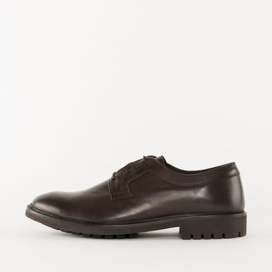 Minimalist derby shoes in brown leather with subtle details