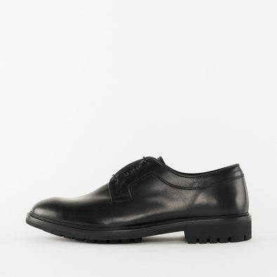 Minimalist derby shoes in black leather with subtle details