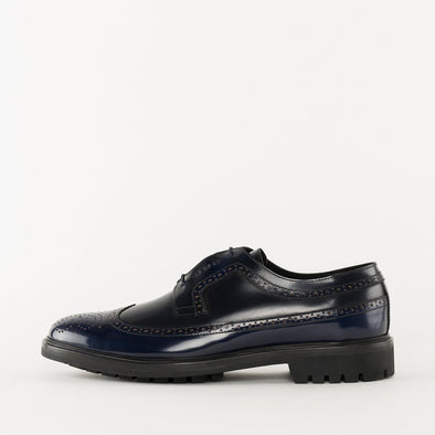 Classic derby shoes in black polished leather with wingtip and medallion brogue