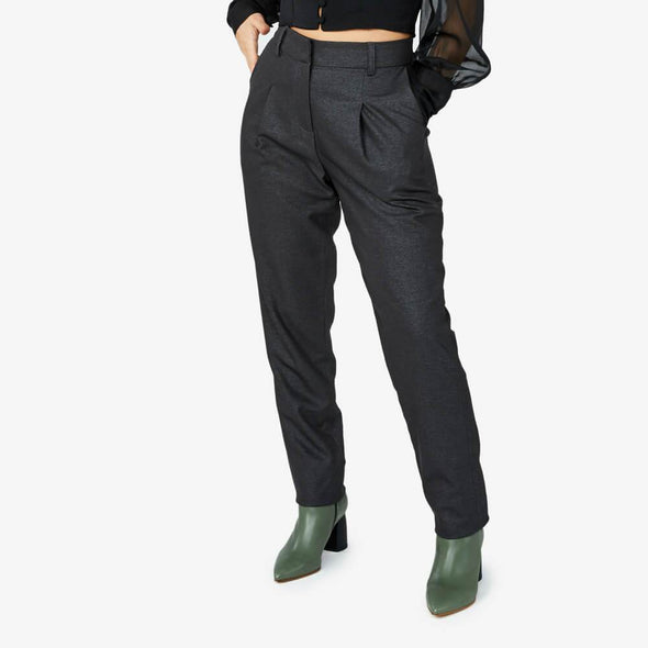 High waist pants with pleats in the front and side pockets.