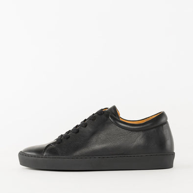 Lace-up sneakers in black leather with black rubber sole