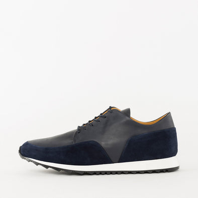Minimalist lace-up runners in navy blue leather with nubuck panels and white rubber sole