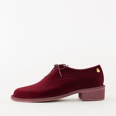 Minimalist oxford shoes in monochromatic burgundy PVC with velvet touch, and low heel