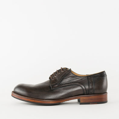 Derby shoes in brown burnished leather with rounded toe and heel tab brogue detail