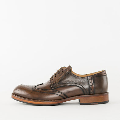 Derby shoes in brown burnished leather with wingtip brogue and medallion details and rounded toe