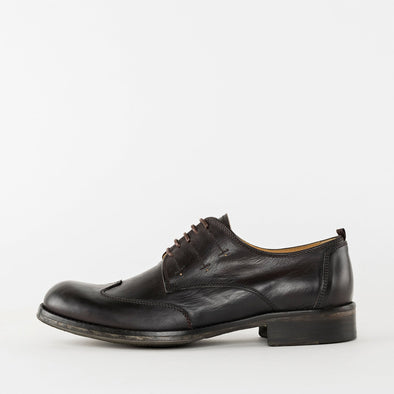 Derby shoes in brown leather with wingtip detail and rounded toe