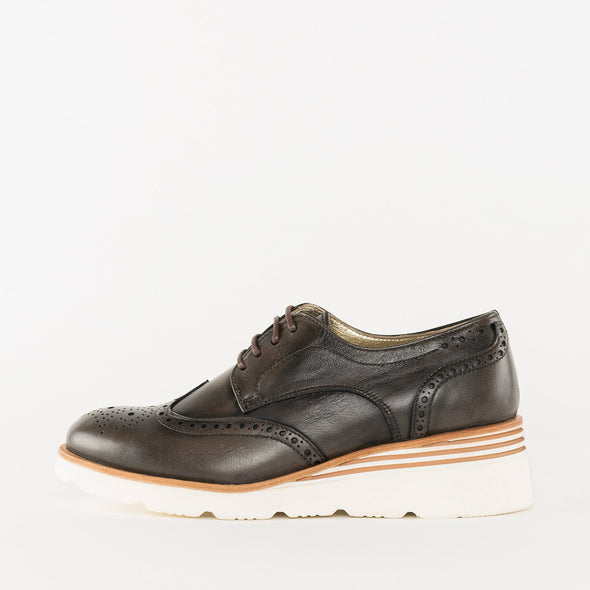 Derby shoes in brown leather with wingtip brogue and white rubber wedge platform
