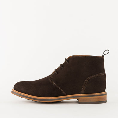Mnimalist chukka boots in brown suede with a chunky sole.