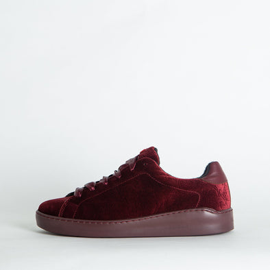 Velvety low top sneakers in bordeaux.