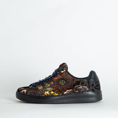 Velvety low top sneakers in a floral print.
