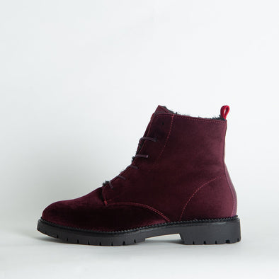 Very soft velvet bordeaux boots with faux-fur in the inner side.