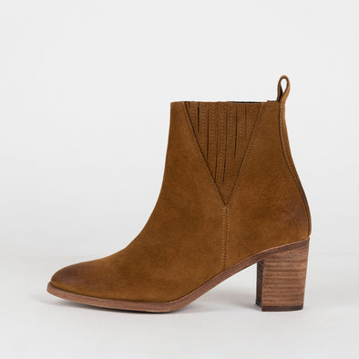 Minimalist heeled ankle boots in brown suede.