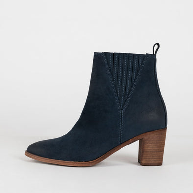 Minimalist heeled ankle boots in navy blue suede.
