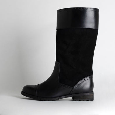 Midi flat boots in black leather and suede.