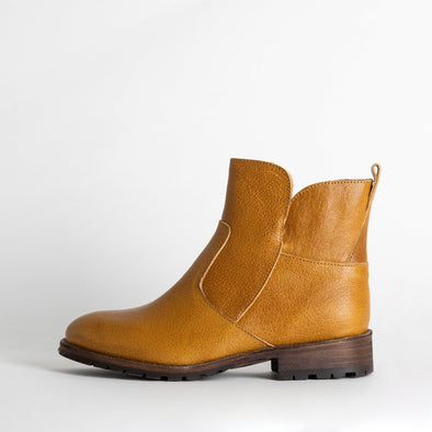 Flat ankle boots in camel leather.
