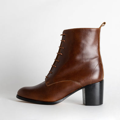 Elegant heeled lace up boots in brown leather.