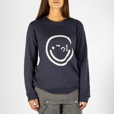 Comfortable sweatshirt inspired by technology and design, combining a smiley face with details of the logo.