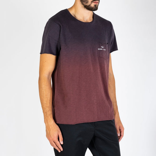 Men's gradient t-shirt with short sleeves, round neck and '+351 small pocket on the front.