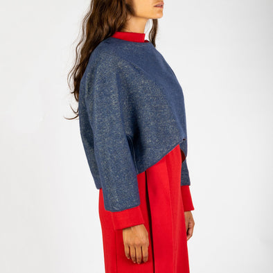 Short sweater with tridimensional modeling, 3/4 sleeves and an organic bottom.