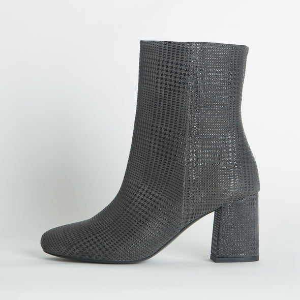 Heeled ankle boots in grey textured leather.