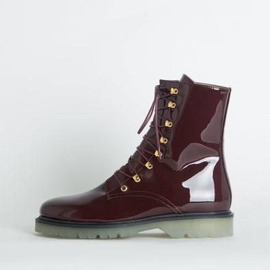 Hiker boots in bordeaux patent leather.