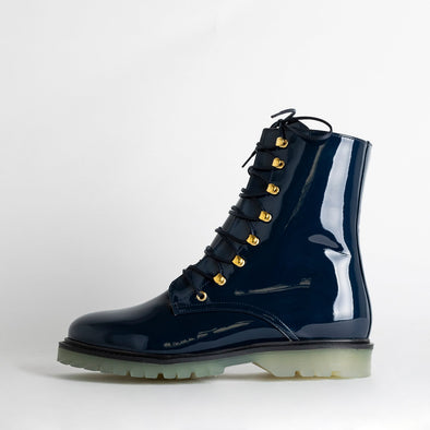 Navy blue hiker boots in patent material with transparente outsole.