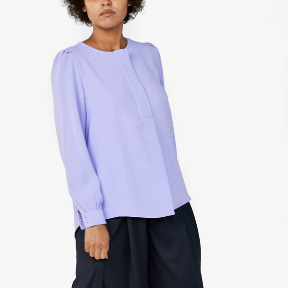 Longsleeve fitted cuffs blouse with detail midle front pleat.
