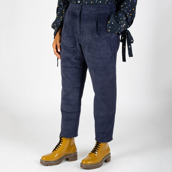 Navy blue straight pants with two side pockets, a zip and an invisible button.