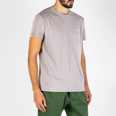 Regular pocket tee in soft organic cotton, featuring a retro pigment dyed.