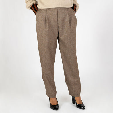 Neutral toned pleated trousers with two front pockets.
