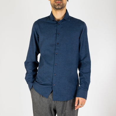 Dark blue flannel shirt with a regular cut and slight fit, finished with a patch chest pocket.