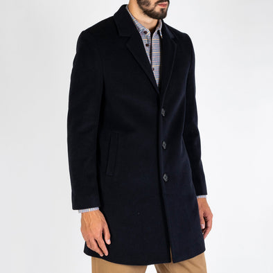 Regular and straight cut overcoat made from a navy blue wool-cashmere blend.