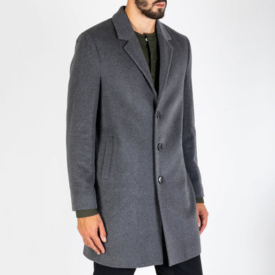Regular and straight cut overcoat made from a grey wool-cashmere blend.