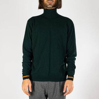 Green knitted turtle neck with a regular fit and cuffs finished with a contrasting seasonal color.