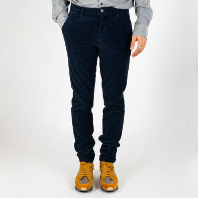 Soft and rough corduroy trousers with a very casual and straight cut.