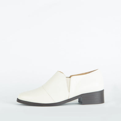 Flat elegant shoes in off-white leather.