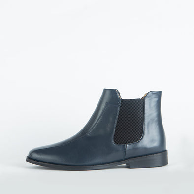 Flat elegant chelsea boots in navy blue leather.