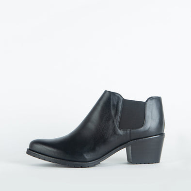 Short heeled elegant ankle booties in black leather.